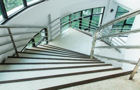 En viktig tjänst som B&B Städservice håller tillhanda är trappstädning